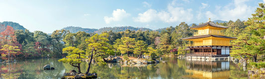 全景Kinkakuji寺庙京都 免版税库存图片
