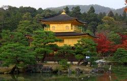 Kinkakuji in der Herbstjahreszeit - berühmter Pavillion Lizenzfreie Stockbilder
