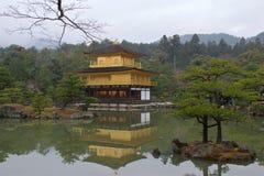 Kinkakuji eller den guld- paviljongen är en buddistisk tempel för zen i Kyoto Arkivfoton
