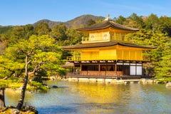 Kinkakuji (guld- paviljong), Kyoto, Japan Arkivfoto