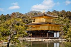 Kinkakuji guld- paviljongtempel i Kyoto Arkivbild