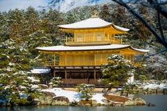 Kinkakuji guld- paviljongtempel med snö Arkivfoton