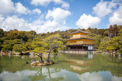 Kinkakuji (pavilhão dourado) é um templo do zen no wh do norte de Kyoto fotos de stock royalty free