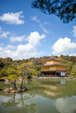 Kinkakuji (pavilhão dourado) é um templo do zen no wh do norte de Kyoto foto de stock royalty free
