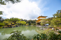 Kinkakuji (pavilhão dourado) é um templo do zen no wh do norte de Kyoto fotos de stock