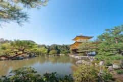 Kinkakuji-Tempel (auf der Seite) in Kyoto, Japan Lizenzfreies Stockbild