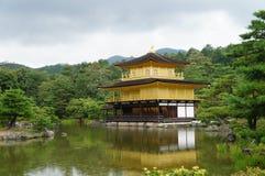 Kinkakuji tempel (den guld- paviljongen) Arkivbilder