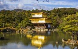 Kinkakuji tempel (den guld- paviljongen) i Kyoto Arkivbilder