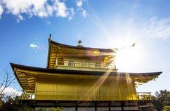 Kinkakuji tempel (den guld- paviljongen) i Kyoto Royaltyfri Fotografi