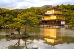 Kinkakuji tempel den guld- paviljongen i Kyoto, Japan Arkivbild