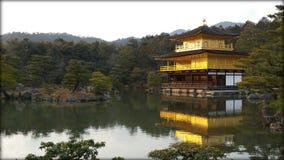 Kinkakuji tempel (guld- paviljong) i Kyoto Royaltyfria Bilder