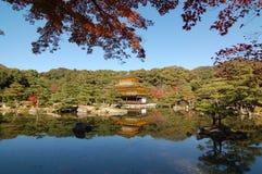 Kinkakuji tempel och spegelsjön Arkivfoto