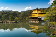 Kinkakuji & x28; Tempel van gouden pavilion& x29; in Kyoto met waterbezinning Royalty-vrije Stock Foto