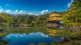 Kinkakuji & x28; Tempel van gouden pavilion& x29; in Kyoto met waterbezinning Stock Foto