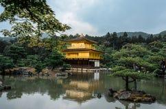 Kinkakuji Złoty pawilon północny Kyoto - pora deszczowa - Zen świątynia - Zdjęcie Stock