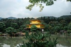 Kinkakuji Złoty pawilon północny Kyoto - pora deszczowa - Zen świątynia - Fotografia Royalty Free