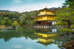 Kinkakujitempel (het Gouden Paviljoen) in Kyoto, Japan Stock Afbeelding