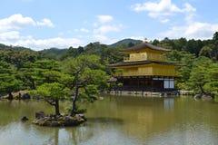 Kinkakuju寺庙(金黄亭子)在京都,日本 免版税库存照片