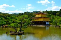 Kinkakuju寺庙(金黄亭子)在京都,日本 免版税库存图片