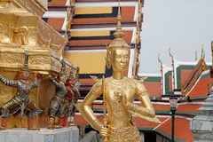 Kinnaree staty i watphrakeaw royaltyfria bilder