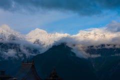 Kinnaur Kailash山Kalpa寺庙屋顶 库存照片