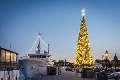 Kinnevik den traditionella stora julgranen på Skeppsbron, Stockholm Bekant som den mest högväxta julgranen i världen arkivbilder