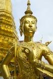 在盛大宫殿曼谷泰国的金黄kinnon (kinnaree)雕象 库存照片