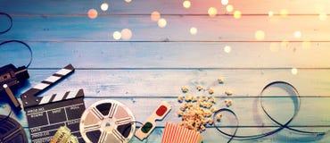 Kino-Film-Hintergrund - Weinlese-Effekt - Kamera mit Clapperboard stockfotos
