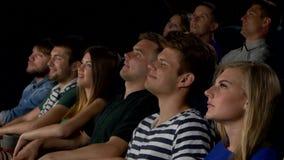 Kino, glückliche Freunde, die Film im Theater aufpassen stock footage