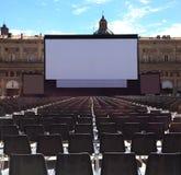 Kino im Freien mit weißem Projektionsschirm, Marktplatz Maggiore im Bologna, Italien lizenzfreies stockfoto