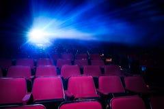 Kino mit leeren Sitzen und Projektor lizenzfreies stockbild