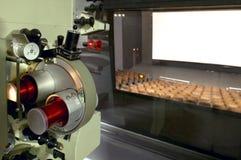 Kino. Proyector-Kabine und Theaterschirm. Lizenzfreies Stockbild