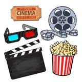 Kino przedmioty: popkornu wiadro, ekranowa rolka, bilet, clapper, 3d szkła Zdjęcia Royalty Free