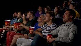 Kino, Unterhaltung und Leute - glückliche Freunde stock video