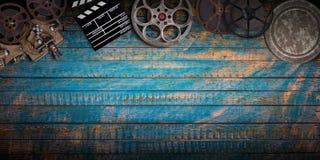 Kinokonzept von Weinlesefilmrollen, -clapperboard und -projektor lizenzfreies stockfoto