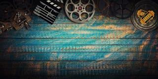 Kinokonzept von Weinlesefilmrollen, -clapperboard und -projektor stockfotos