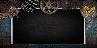 Kinokonzept von Weinlesefilmrollen, -clapperboard und -projektor lizenzfreies stockbild