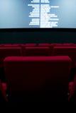 Kinoleinwand und rote Stühle innerhalb eines Kinos Lizenzfreie Stockfotografie