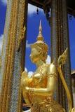 Kinora dourado em Wat Phra Kaewat e no palácio grande, Banguecoque, Tailândia Fotografia de Stock Royalty Free