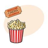 Kinowi przedmioty popkornu wiadro i retro stylowy bilet - Zdjęcie Royalty Free