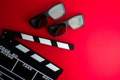 Kinowy minimalny pojęcie Oglądać film w kinie clapper deska, 3d szkła Zdjęcia Stock