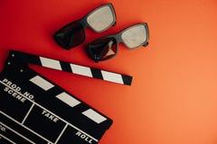 Kinowy minimalny pojęcie Oglądać film w kinie clapper deska, 3d szkła Obrazy Stock