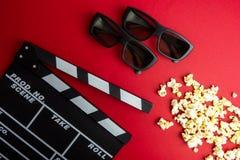 Kinowy minimalny pojęcie Oglądać film w kinie clapper deska, 3d szkła, popkorn Fotografia Stock