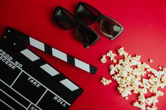 Kinowy minimalny pojęcie Oglądać film w kinie clapper deska, 3d szkła, popkorn Obraz Stock