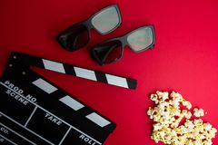 Kinowy minimalny pojęcie Oglądać film w kinie clapper deska, 3d szkła, popkorn Zdjęcia Stock