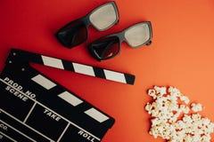 Kinowy minimalny pojęcie Oglądać film w kinie clapper deska, 3d szkła, popkorn Obrazy Royalty Free
