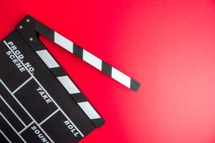 Kinowy minimalny pojęcie Oglądać film w kinie clapper deska na czerwonym tle Obrazy Stock
