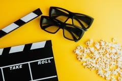 Kinowy minimalny pojęcie Oglądać film w kinie 3d szkła, popkorn, clapper deska Obraz Stock