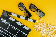 Kinowy minimalny pojęcie Oglądać film w kinie 3d szkła, popkorn, clapper deska Fotografia Royalty Free