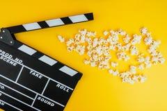 Kinowy minimalny pojęcie Oglądać film w kinie popkorn, clapper deska Obraz Stock